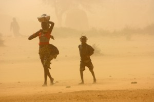 Children walk through a sandstorm in Tillaberi region, Niger (IRIN)